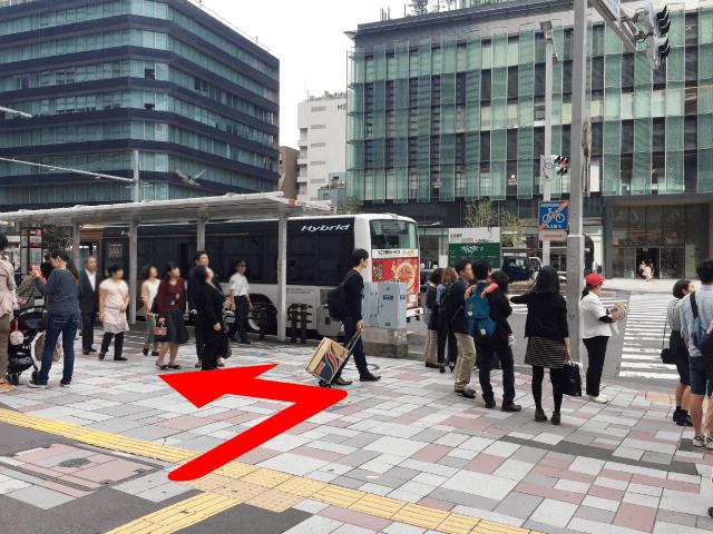 正面に市バスのバス停が見えてきます。バス停を右手にしてお進みください。