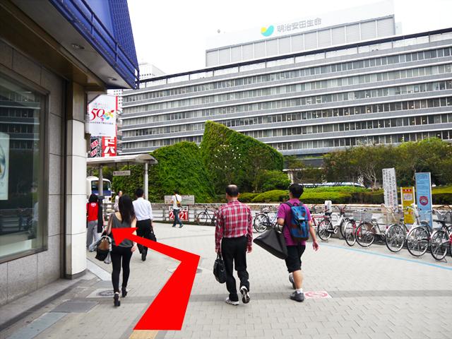 「京王百貨店」に沿って進み、50mほど直進したら、右手に見える横断歩道を渡ります。