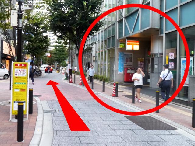100mほど直進すると、右手に「新宿郵便局」が見えてきます。