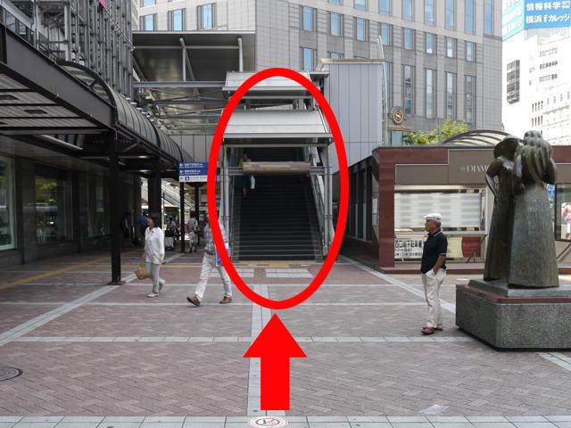 「高島屋」の正面に来たら、右手の歩道橋を上がってください。