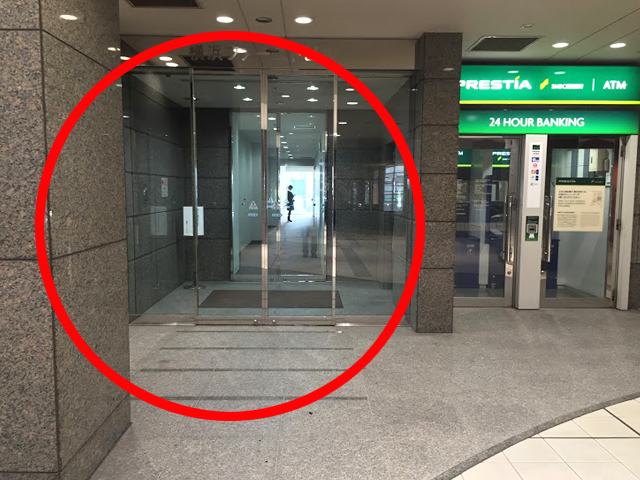奥へ進み、左手にある横浜ファーストビルの入り口に入ります。右手奥にエレベーターがあるので、10階に上がってください。