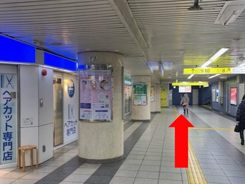 改札を出たら「10番出口」を目指します。標識に従って進むと左手にQBHOUSE(ヘアカット)とファミリーマートが見えてくるので直進します。
