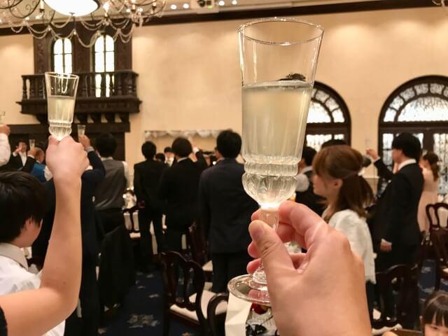 男性側が年収700万以上の条件がある婚活パーティーに参加する
