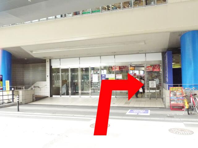 「博多バスターミナル」の1階入り口を入って右に曲がってください。