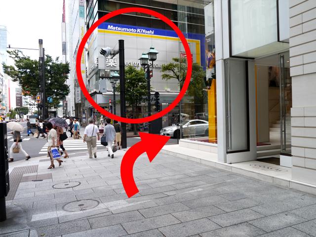 地上に出たら、右手すぐにある「マツモトキヨシ」の手前を右に曲がり、並木通りをお進みください。