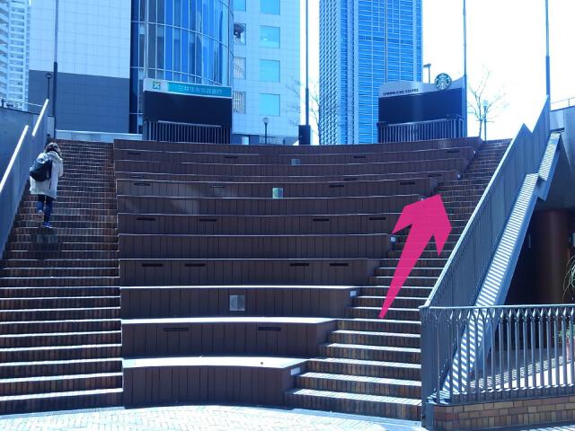 正面にある階段を上がってください。