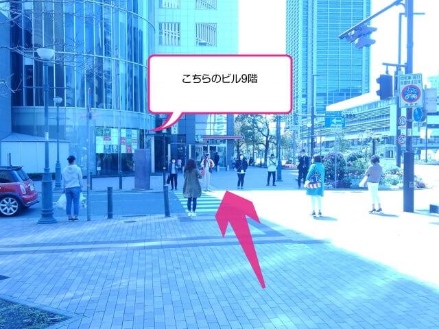 横断歩道を渡ってください。正面にある「井門三宮ビル」の9階です。