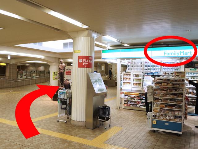 「ファミリーマート」の奥を右に曲がってください。