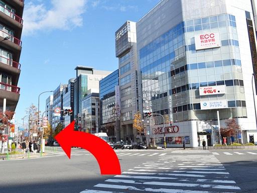 直進した先に交差点があります。「ECC」のビルを正面に交差点を渡ってください。
