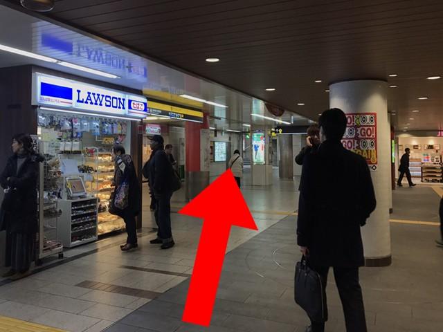 ローソンを左にして直進すると、「24番出口・御堂筋グランドビル」の標識が見えてきます。