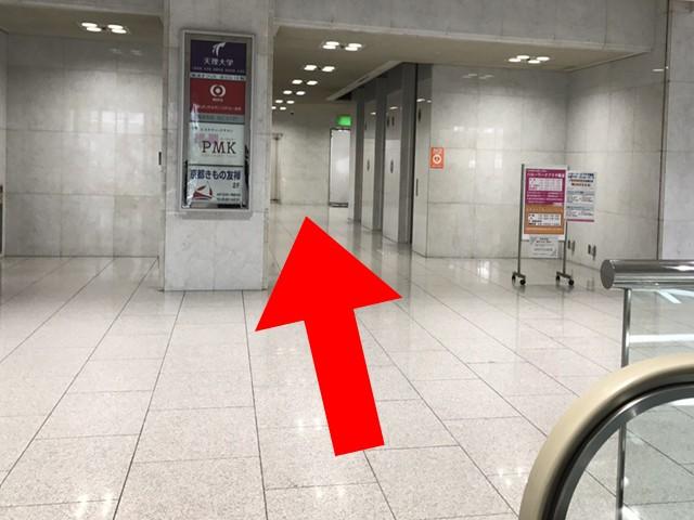 エスカレーターで1階に着いたら、目の前にあるエレベーターの3階です。