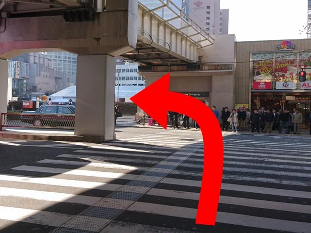直進したら横断歩道を渡り左に曲がってください。50mほど進むと、「ヒルトンプラザウエスト」が見えてきます。