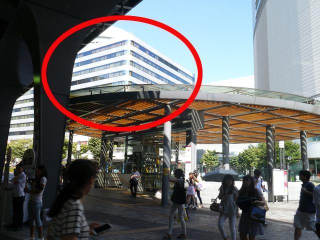 JR有楽町駅中央口を出て、左手に見える「東京交通会館」の方向へお進みください。